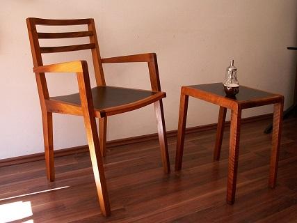 Stuhl Tori mit Sitzfläche in schwarzem Linoleum.