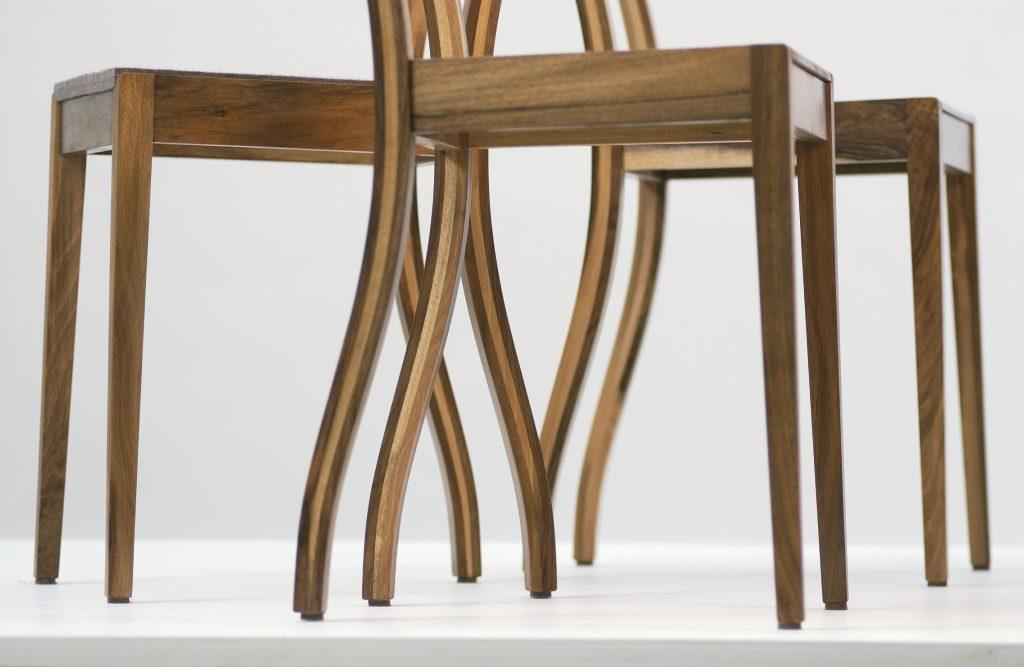Aus der Möbelmanufaktur, Stühle Konkav in Nussbaumholz
