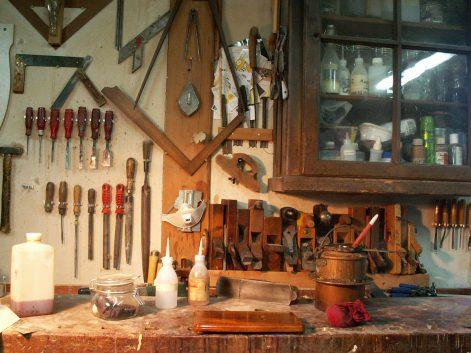 Antik Restaurierung - Blick in die Restaurierungswerkstatt.