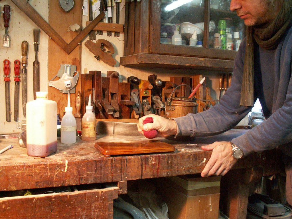 Restaurieren Eine Schellack Handpolitur entsteht